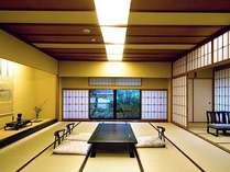 数寄屋の匠、平田雅哉氏による気概とセンスが息づく、露天風呂・内風呂・茶室付の特別室「大観」本間です。