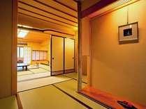 客室一例「白山の間、踏込~本間へ」本格数寄屋造りの趣きは、すべてが異なるお部屋となっております。