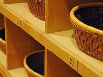 源泉掛け流しの湯量豊富な大浴場「芦の湯」脱衣かごをご使用ください。