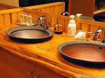 源泉掛け流しの貸切風呂「つるの巣」は事前予約制となり、広い脱衣場と洗面台2台が設置されています。