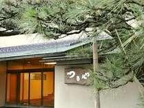 当館入口「雪吊りの松」は冬の北陸風物で風情があります。湯気が立ちこもる温泉旅情をお楽しみください