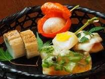 文月料理一例:季節の彩盛合せ(小鯛のほおずき寿し・帆立貝柱の二色焼、他)