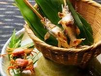 文月料理一例:別盛一例(活鮎の塩焼、活沢蟹の唐揚)
