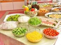 恵まれた大地で育った高原野菜のサラダバー。お好きなドレッシングで召し上がれ!