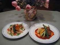 メインのお肉とお魚の料理。全て手作りで味、ボリュームとも満点。