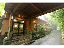 緑に囲まれた当山荘で、のんびりと静かな時間をお過ごしください。