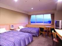 ツイン(一例)はベッド2台でもゆとりのスペース。