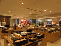 和食やおつまみなど、多彩な料理が並びます。
