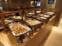 夕食バイキング一例。ご飯にもお酒にも合う料理が多彩!