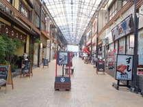 駅前商店街です。お土産から飲食店まで揃っております。