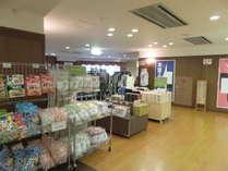 売店コーナー一例。1階ロビーにございます。チェックイン前、チェックアウト後にご覧ください。