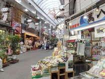 駅前商店街はお土産、飲食店などで賑わっております。