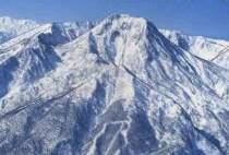雪化粧の妙高山。赤倉温泉は中腹800m地点にあります。
