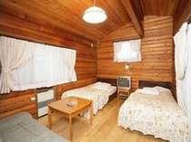コテージツインのお部屋。全室、小型冷蔵庫と電子レンジ付