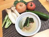 梅酢に漬け込んだ揚げ鶏と蒸し野菜を餡掛けにした朝食の一品です。
