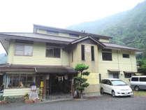 *【外観】緑豊かな九州山脈の山々に囲まれた宿です