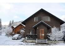 コテージ(冬)周辺にはスキー場があります。コテージ玄関前に車を横付けで駐車可能♪