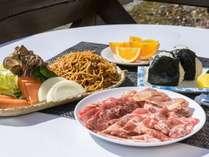 バーベキュー食材セット内容(一例)(写真は2人前)お肉・焼きそば・野菜・おにぎり・フルーツがセット