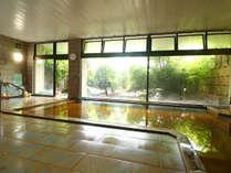 【温泉】大浴場 窓の外には四季に応じて変わる庭園が眺められます。