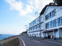 NAGASAKI HOUSE ぶらぶらの外観です。道を挟んで向かいには海が広がっています。