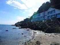 ぶらぶらの向かいの海は潮が引いたときは砂浜が出来ます。天気の良い日には読書もできます。