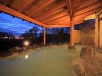那須温泉の名湯「鹿の湯」の源泉から引湯している、白いにごり湯の露天風呂