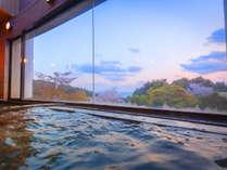 """【展望風呂】お湯に浸かりながら""""紺碧の海""""を一望。まるで『絵画』のような美しい景色にも癒されます"""