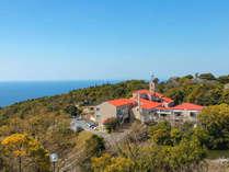 青い空に海、高原を吹き抜ける風、周りには緑豊かな自然が広がる『長崎あぐりの丘高原ホテル』