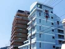 名古屋から車で約1時間。目の前に伊勢湾が広がる料理自慢の温泉宿『鯱亭』