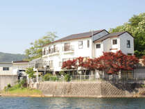 *【別館外観】東条湖の湖畔に立地。四季折々の風景をお楽しみいただけます