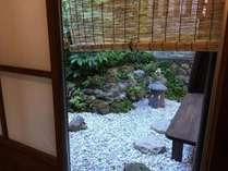裏庭の風景。入り口にも小さなお庭があります。