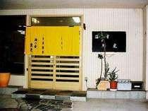 海の幸魚虎 玄関です。1階食事処の営業時間外は暖簾が中にかかっています。