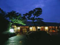 ◆【外観(夜)】JR長崎よりお車で約10分ながら、全室より1000万$の長崎夜景を一望できます。