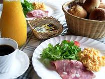 *ご朝食(一例)数種類の無添加自家焼きパンをメインに、欧風のメニューをお届します♪