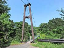 *【吊り橋】本館からファームハウスへは、この吊り橋を渡って向かいます。