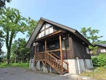 *【貸別荘:10人棟】2階建ての別荘をまるまる1棟貸切!入口前には駐車スペースもあります。