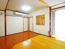 【リビングルーム】右手に玄関、中央に和室と洋室の入口がございます。