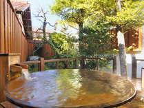 【露天風呂付客室】(一例)~木製デッキに設けられた十分な広さの湯船