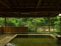 男性用露天風呂。開放的で箒川のせせらぎをのぞむ露天です
