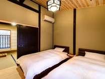 きめの細かい上質な壁で仕上げられた寝室。窓の腰掛に腰かけて、見下ろす長屋の風情をお楽しみ頂けます。