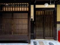 出格子と格子戸で構成され、格子戸の上には京町家らしい柔らかな印象の丸電燈がお出迎えします。