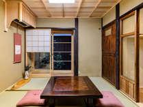 檜、欅、杉等の木材をふんだんに使われた居間。木のぬくもりに包まれて心が和まされます。