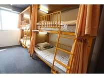 4名様個室、ドミトリー(相部屋)は6名部屋、8名部屋、部屋の貸し切りも可能です。