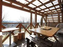 【たちばな】デッキにはBBQテーブル、阿蘇の山々を眺める絶景