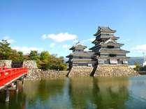 全国的に人気の「国宝 松本城」。年間を通じて多くの人がお越しになっております