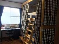 ルーム2洋室ドミトリー。女性専用の二人部屋です。天井と壁紙は夜になると月や星空が浮かび上がります!