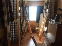 ルーム3洋室男女混合ドミトリー6人部屋です。西側の窓の外には松江城が眺められます!