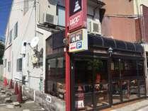 北殿町商店街沿いです。入口はテラスになっていて、建物左側に駐車場があります。