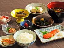【料理】ご朝食は地元産の食材を使った、身体に優しいメニュー。季節の食材をお楽しみください♪