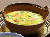 """【料理】浜御膳""""ウニ鍋""""。上質な蒸しウニに噴火湾のホタテなど、地元産食材を贅沢に使用しました。"""